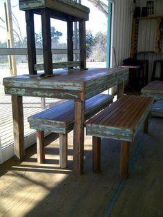 Mesas Ratonas y de arrime realizadas con madera de demolición . Cortinas en cedro!