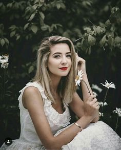 Zoella looks like she should be in Alice in Wonderland! She is absolute beautiful ❤ Zoella Beauty, Hair Beauty, Zoella Hair, Zoella Makeup, Zoe Sugg, Daisy, Woman Crush, Girl Crushes, My Idol