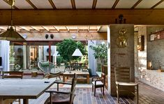 """Husets centrale opholdsrum kaldes for """"torvet"""". Det har et stort ovenlys i hele rummet..."""