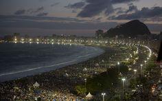 27/7 - Multitud de peregrinos acuden a la playa de Copacabana en la tarde Sábado