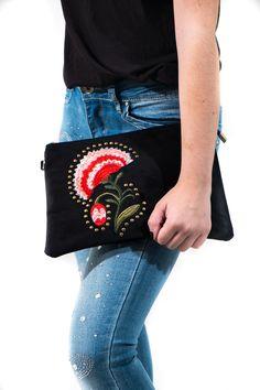 Cartera de mano en terciopelo bordada con las flores de la temporada. Lleva correas para hacerla formato bolso y colgártela. Es ideal para combinar tanto a diario como para fiestas.