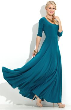 Luxurious long dress for romantic walks and festivities.Skirt to the bottom strongly flared. Three quarter sleeve. Round neckline and a deep,