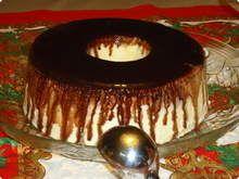 Gelado de creme com calda de chocolate