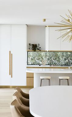 A Palms Springs resort vibe transcends ordinary in this kitchen project by Luxe decor is a statement against colliding textures, a clean, crisp palette and gold accents. Interior Desing, Home Interior, Kitchen Interior, Palm Springs Interior Design, Layout Design, Luxe Decor, Palm Springs Style, Architecture Design, Decoration Bedroom