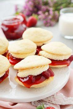 Strawberries and Cream Whoopie Pies - Dessert Recipes for Kids Summer Dessert Recipes, Just Desserts, Delicious Desserts, Whoopie Pies, Baking Recipes, Cookie Recipes, Muffins, Strawberry Desserts, Strawberry Pie