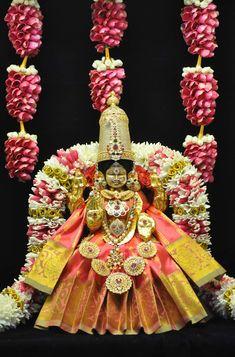 Indian Goddess, Goddess Lakshmi, Krishna Book, Mandir Decoration, Swami Samarth, Baba Image, Lakshmi Images, Ethnic Home Decor, Lord Vishnu Wallpapers