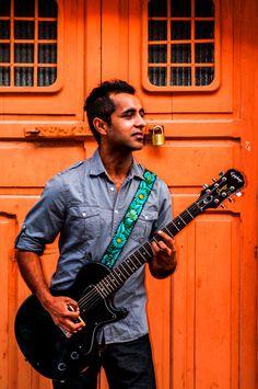 Design: Jardin (Garden). Colors: Jade, turquoise, green. Leather embroidered guitar strap  Jardin Jade by TildeStraps, $60.00.  Foto: Jhonathan F. Gómez.