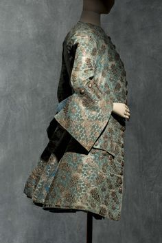 Suit, 1730-1740, frisé, sel-patterned, brocaded, figured velvet, frisé, liseré et broché. © Jean Tholance, Les arts Décoratifs, Paris, dépôt du Musée du Louvre. All rights reserved.
