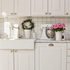 Kök, kitchen, västergården, vitt, vitahem, whiteliving, lantkök, rosor, roses, rosa, pink, ikea, marbodal, marmor, marble, molban, annashjartan