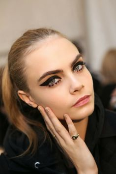 Fall 2013 beauty trends: Makeup ideas for Christmas. Cat eyeliner seen on Anna Sui Fall 2013-2014 │ Cara Delevingne.