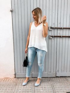 Das perfekte Frühsommer Outfit mit weißer Bluse, Jeanshose und Ballerinas Heutiges Outfit, Bluse Outfit, Fashion Weeks, Denim Look, Ballerinas, Streetstyle, Outfits, Sporty Chic, Sleeveless Blouse