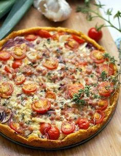 Ein Rezept für eine unglaublich saftige Gemüsetarte mit Lauch, Zwiebeln, Cocktailtomaten, Käse und Speck. Perfekt für ein leckeres Essen.