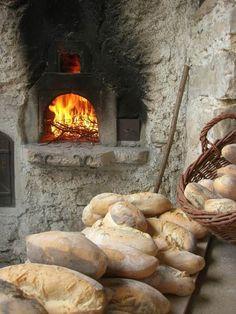 Pane cotto nel forno a legna Lusiana Dolomiti Veneto Italia Pan Bread, Bread Baking, Goddess Of The Hearth, Bread Shop, Sugar Bread, Logo Restaurant, Pastry Shop, Kitchen Witch, Pastry Cake