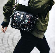 Rien de tel qu'un petit sac au look western fantaisie pour twister un bomber kaki ! (sac Coach - photo Mary Seng)