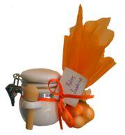 Παραγωγικό μέλι με καρύδια (καρυδόμελο) ή γλυκό του κουταλιού, σε κεραμικό βαζάκι με ξύλινο κουταλάκι και μπομπονιέρα με πέντε κουφέτα. Σετ...