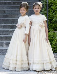 larrana                                                                                                                                                                                 Más Première Communion, Holy Communion Dresses, First Communion Veils, Little Girl Dresses, Girls Dresses, Flower Girl Dresses, Moda Fashion, Girl Fashion, Dress Anak