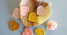 Gratis haakpatroon: HARTJESSLINGER – Freubelweb Crochet heart garland made by Hip Haakezeltje. Crochet Garland, Diy Crochet, Crochet Crafts, Baby Knitting Patterns, Crochet Patterns, Crochet Humor, Spring Crafts, Chrochet, Crochet Earrings