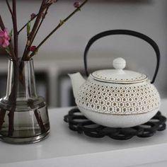 岩手・盛岡の伝統工芸「南部鉄器カラーポット」が美しいと話題 おうちごはん Beautiful Kitchens, Cool Kitchens, Clay Art Projects, Tea Tins, Tea Pot Set, Tea Caddy, Tea Art, My Cup Of Tea, Ceramic Table