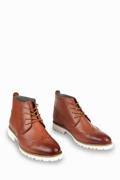 This item is shipped in 48 hours, including the weekends. Prepare to be amazed by these outstanding brown boots. Offering a brogue design, these boots are simple and comfy at the same time. The wing-t