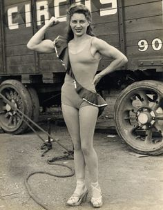 Get in the ring: Vintage images of female bodybuilders and 'strong women' showing off Old Circus, Vintage Circus, Strong Girls, Strong Women, Vintage Photographs, Vintage Images, Rare Historical Photos, Circus Performers, Muscular Women