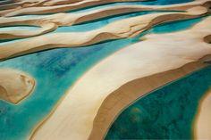 Lençóis Maranhenses  Lo que difiere esta región de un desierto es en la cantidad de lluvias que caen sobre las dunas, creando charcos de aguas cristalinas en las depresiones entre las dunas. A pesar de la apariencia de desierto, el récord anual de agua de lluvias de Lençóis Maranhenses es de 1,600mm, 300 veces más que en el Sahara. Durante el período de sequía, las lagunas se evaporan y quedan completamente secas.
