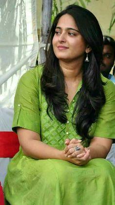 Famous Indian Actors, Indian Actresses, Beautiful Bollywood Actress, Beautiful Indian Actress, Indian Girl Bikini, Anushka Photos, Actress Anushka, Bikini Images, Indian Beauty Saree