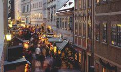 Wien verändert sich völlig zur Weihnachtszeit. Mir hat einmal jemand gesagt, dass die Welt wie ein Markt ist. Wie auch immer, im Fall der Hauptstadt Österreichs trifft dies zu denn, dann verwandelt sich die ganze Stadt in einen gigantischen Markt mit allen möglichen Ständen an jeder Ecke und verleiht den Straßen und Plätzen einen besonderen Glanz.