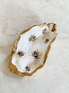 Seashell Painting, Seashell Art, Seashell Crafts, Beach Crafts, Oyster Shell Crafts, Oyster Shells, Diy Cadeau Noel, Shell Ornaments, Painted Shells