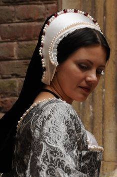 French hoods, the bejewelled headpieces of the Tudor era, seem to be one of the most mysterious and difficult to recreate items – a real challenge for any Tudor re-enactor wanting to portray an upp… Elizabethan Fashion, Tudor Fashion, Tudor Costumes, Period Costumes, Historical Costume, Historical Clothing, Scottish Clothing, Historical Fiction, Dinastia Tudor