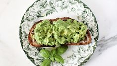 Avocado and green peas on bread, sounds delicious :) Recipe in Norwegian