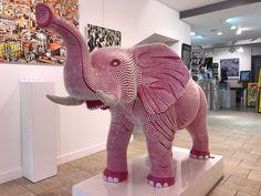 ELEPHANT Silicone   E Lephant est le plus grand animal terrestre vivant actuellement sur terre.  L'artiste a soulignée et amplifié ce re...