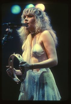 40 Candid Color Photographs Capture a Young and Beautiful Stevie Nicks on Stage in the and ~ vintage everyday Lady Gaga, Young And Beautiful, Beautiful People, Mode Geek, Stevie Nicks Fleetwood Mac, Stevie Nicks Young, Stevie Ray, Stevie Nicks Bella Donna, Buckingham Nicks