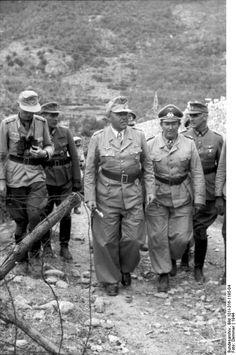 Le maréchal Albert Kesselring (au centre, avec le bâton) inspecte les positions allemandes avec des officiers d'état-major quelque part en Italie au cours de l'été 1944. Kesselring, commandant des forces allemandes en Italie, fait une vive résistance contre les Alliés qui avancent du sud et réussissent En les retardant pendant plusieurs mois.