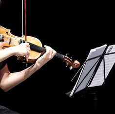 Abrirá la velada la Sonata para violín, op.134 de Dimitri Shostakóvich, un viaje con tintes de danza violenta y dramática pleno en habilidad violinística. Trabajada por el compositor petersburgués en 1945, fue finalizada en 1968 y presentada un año más tarde ante su dedicatario, el violinista David Oistrakh. Johannes Brahms sonará en la segunda parte …