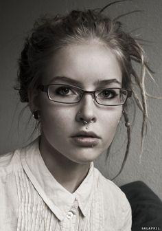 Joven con gafas.