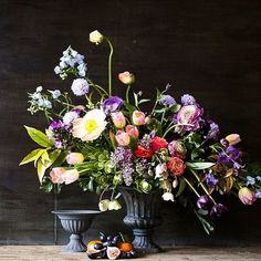 Such beauty @mossandstoneuk  roll on April and the floral escape! #sabinedarrallflowerclass #painterly #spring #stillife #styling #composition #nofoam #florists #foamfree #nofoamzone #natural #styling #floristry #flowers #flowergram #floraldesign #floralstyling #springflowers