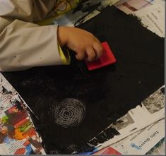 la peinture noire dans laquelle on fait des traces en tournant le peigne