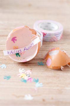 De toda la vida hemos decorado en casa los huevos de Pascua.Existen tantas maneras de hacerlo como la imaginación lo permita,ya que los huevos son como pequeños lienzos donde todo es posible.Antiguamente una manera de decorarlos consistía en teñirlos con vinagre y tintes naturales. Hoy en día tenemos nuevos materiales como el washi tape, con el que darles un aire nuevo y divertido.Además, para que sea aún más interesante la cosa, ¡estos huevos llevan mensaje dentro!  Lo que necesitaremos…