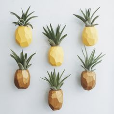 Pineapple Air Plant Magnet w/Air Plant Dieser Ananas-Luftpflanzenhalter ist aus Altholz und in tropi Pineapple Kitchen, Pineapple Room, Gold Pineapple, Pinapple Decor, Air Plants, Indoor Plants, Hanging Plants, Potted Plants, Succulents