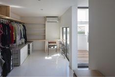 家事室を兼ねたウォークインクロゼット。物干テラス手前の通路は洗面室と繋がっていて、そのままキッチンへと通り抜けられる。<br /> (撮影:上田宏) 専門家:が手掛けた、家事室兼ウォークインクローゼット(『5つのテラスの家』光と風を楽しむ住まい)の詳細ページ。新築戸建、リフォーム、リノベーションの事例多数、SUVACO(スバコ)