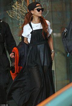 Mostrando su estilo: El cantante fue visto anteriormente en el vestido global pura como ella hizo su camino a su lugar del concierto en Vancouver, Canadá