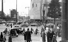 Gezicht op de Coolsingel met de pas geopende pand van de bijenkorf gezien vanaf de beursplein 1957