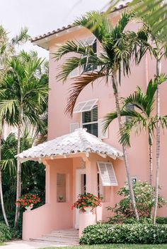 Gal meets glam pink in palm beach pink houses, pink beach, flamingo beach, Beach Cottage Style, Beach House Decor, Palm Beach Decor, Palm Trees Beach, Design Patio, Photo Deco, Balkon Design, Design Living Room, Belle Villa