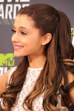 Ariana Grande at the MTV Music Awards with her new highlights in her hair that i absolutely love