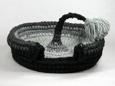 Crochet cat bed/cat cave pet house T-shirt yarn with tassel Chat Crochet, Crochet Home, Crochet Pet, Crochet Christmas Garland, Crochet Blanket Edging, Cotton Cord, Crochet Baby Boots, Dog Sweaters, T Shirt Yarn