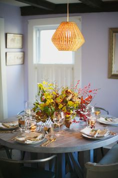 Enviable fall center Enviable fall centerpieces: www. Pumpkin Table Decorations, Fall Table Centerpieces, Centerpiece Ideas, Thanksgiving Table Settings, Holiday Tables, Leaf Table, Home Decor, Dining Rooms, Floral Design