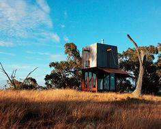 """""""Permanent camping"""", punto d'appoggio per campeggiatori australiani, è stato progettato da Casey Brown con spazi per il riposo e una cisterna per l'acqua piovana. Foto © Penny Clay"""