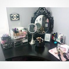 Beautiful and glamorous vanity and makeup storage - Decoration Inspiration, Room Inspiration, My New Room, My Room, Makeup Up, Makeup Geek, Chanel Makeup, Makeup Ideas, Rangement Makeup