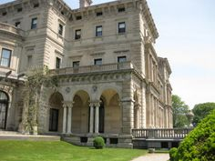 The Breakers Mansion Newport, RI. Classical Architecture, Amazing Architecture, Newport Cottages, Modern Castle, American Mansions, Biltmore Estate, Courtyard House, Gilded Age, Abandoned Houses