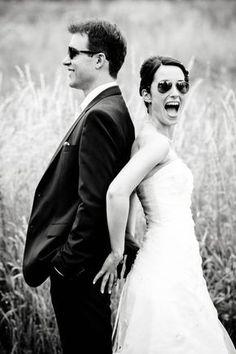 portrait-de-mariés-original-avec-lunettes-de-soleil-séance-photo-dans-la-nature